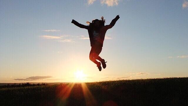 女性のジャンプしている画像