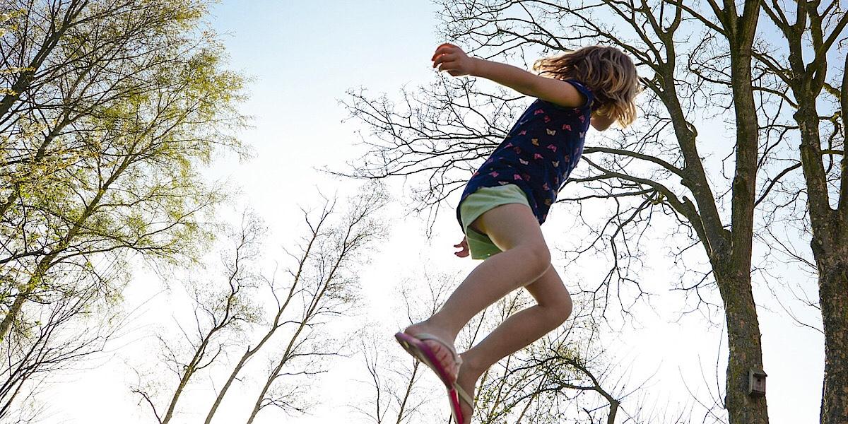 子供が運動している画像