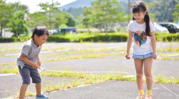 縄跳びで遊んでいる子供の画像